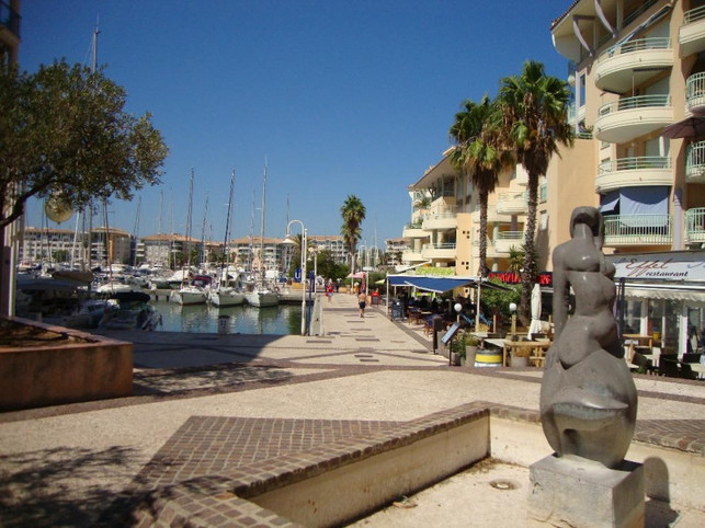 Nice T2, sea view, for 4 people,remade on the seafront in Frejus