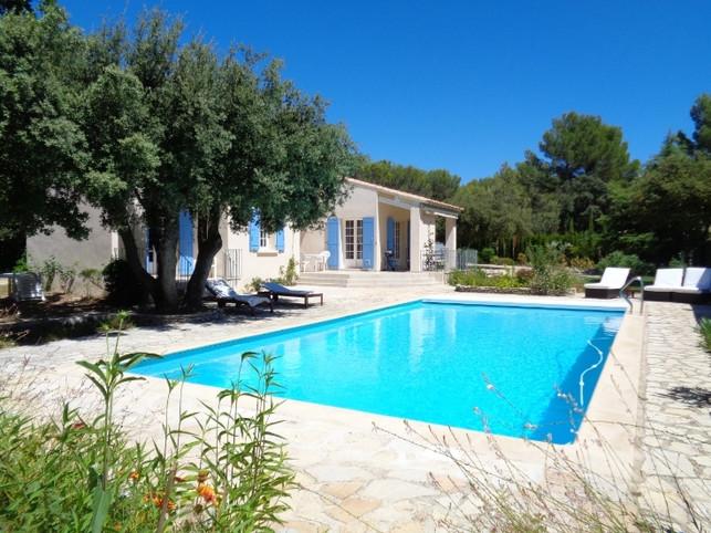 Charmante villa met één verdieping, groot zwembad, balveld, met bomen omzoomde ommuurde tuin, nabijgelegen dorp